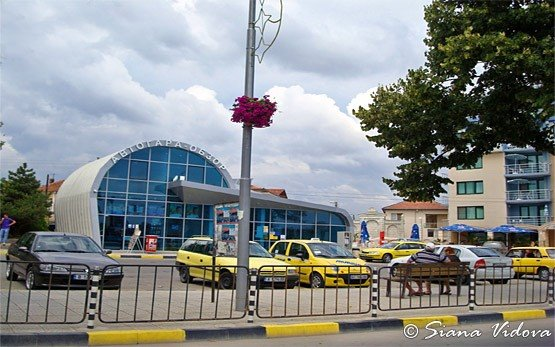 Bus Station, Obzor